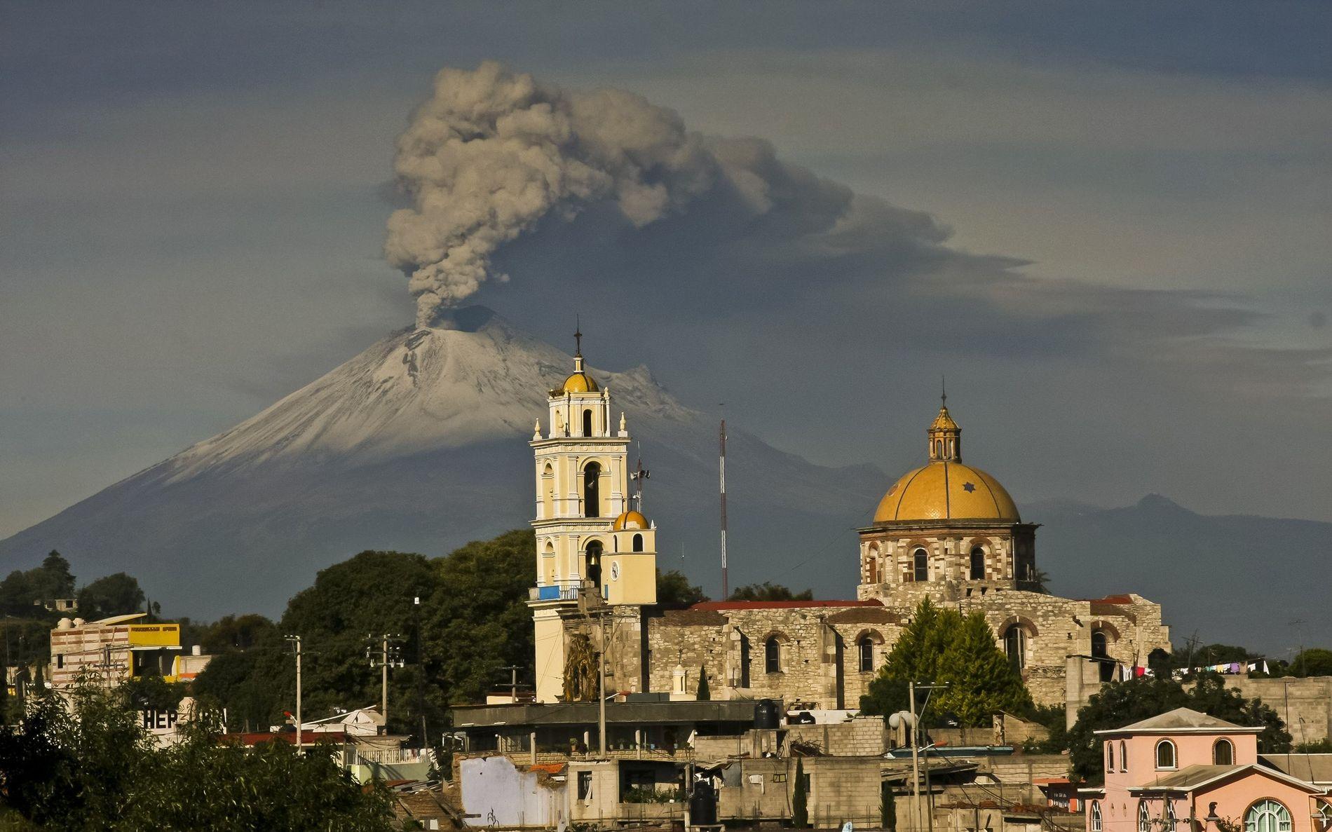 O vulcão Popocatépetl, no México, lança cinzas em julho de 2013. O pico faz parte do Cinturão Vulcânico Transmexicano, uma região que, de acordo com sismólogos, pode apresentar um risco de terremoto maior do que o previsto.
