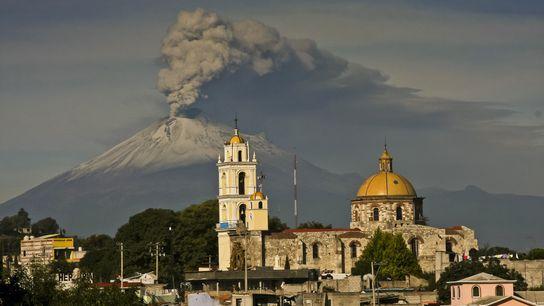 O vulcão Popocatépetl, no México, lança cinzas em julho de 2013. O pico faz parte do ...