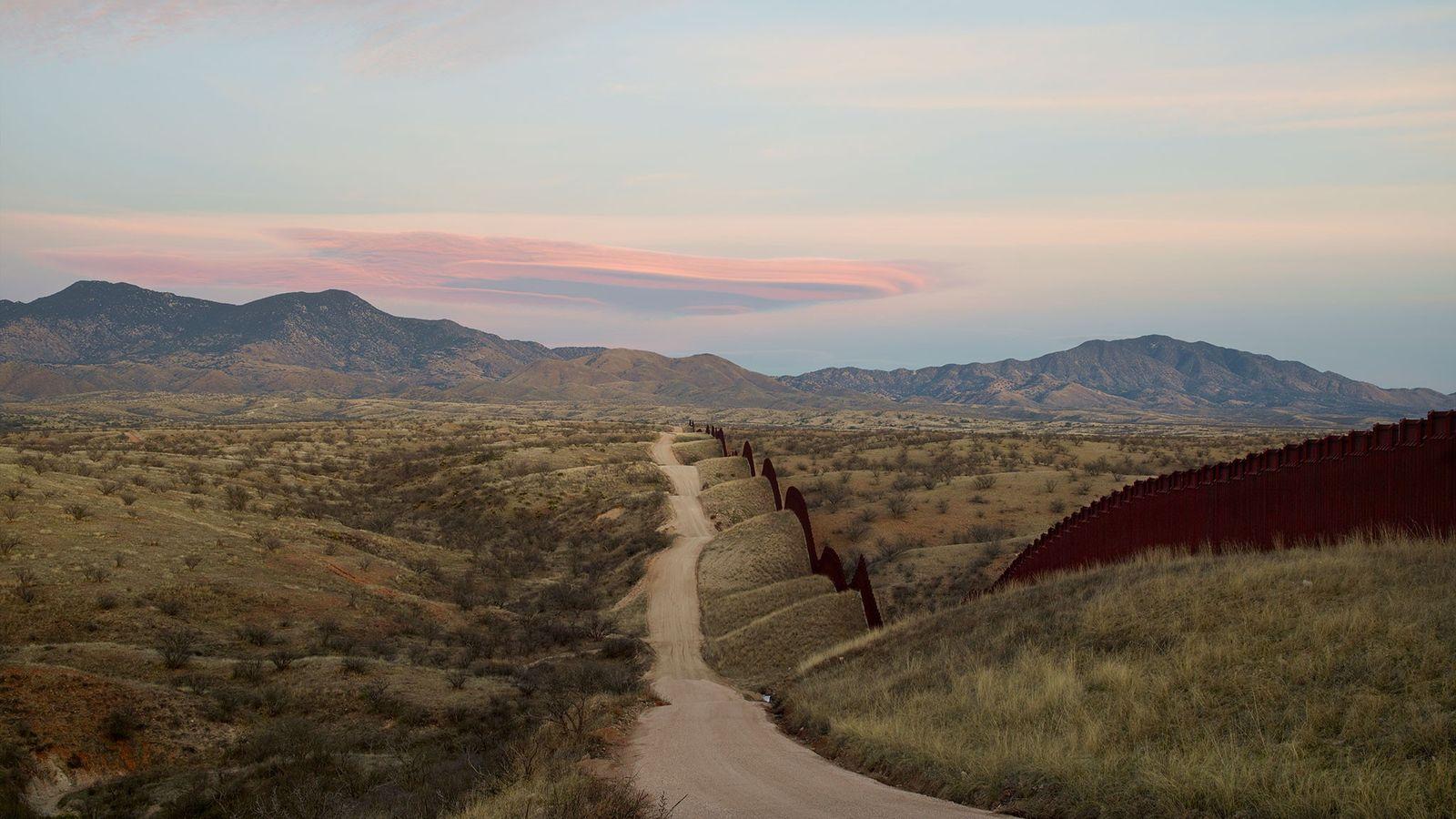 Donald Trump força a expansão do muro fronteiriço entre os EUA e o México, visto aqui ...
