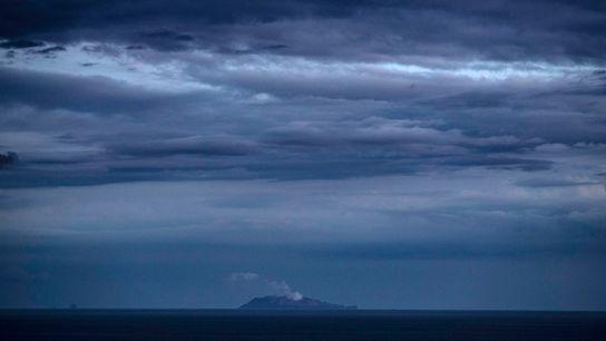 Coluna de cinzas lançada pelo vulcão ativo de Whakaari/White Island, na Nova Zelândia, no dia 9 ...