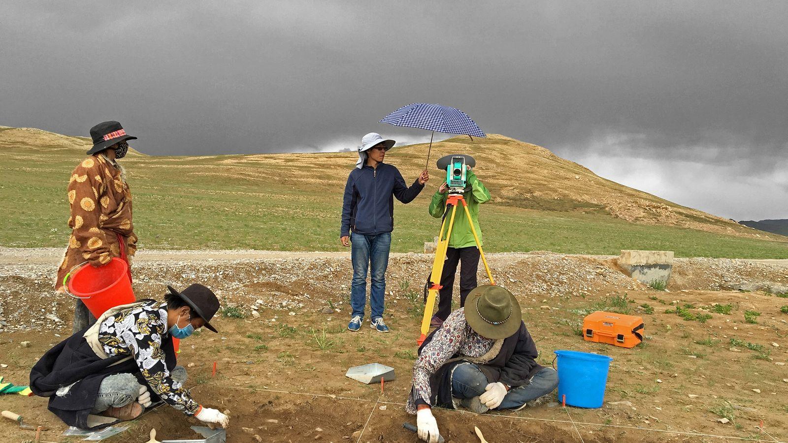 Uma equipe realiza escavações no sítio de Nwya Devu, no Planalto do Tibete.
