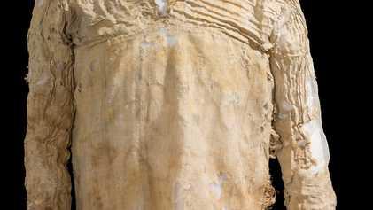 Vestido estiloso, com pregas e decote V, é o mais antigo do mundo