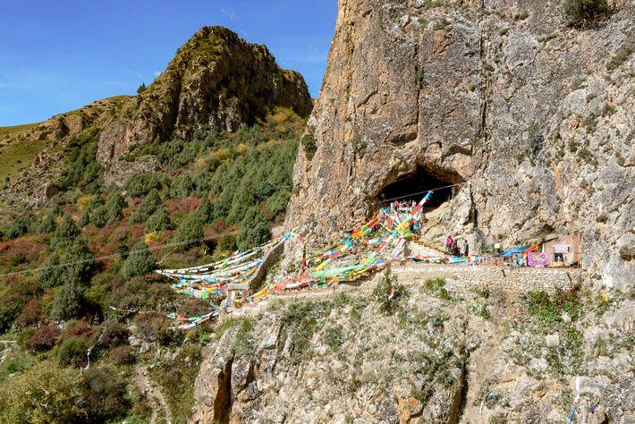 Em 1980, um monge local descobriu a mandíbula na Caverna Baishiya Karst, localizada na beira de ...