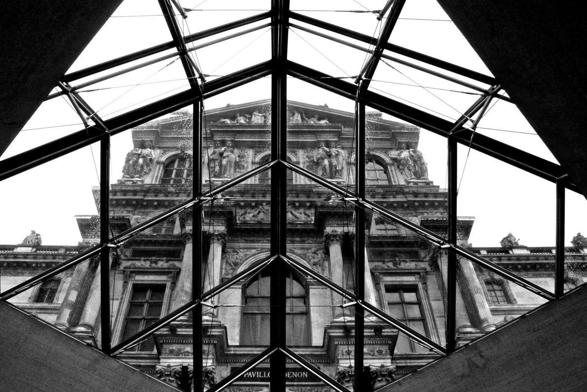 O Louvre é o museu mais visitado do mundo, atraindo mais de 10 milhões de visitantes ...