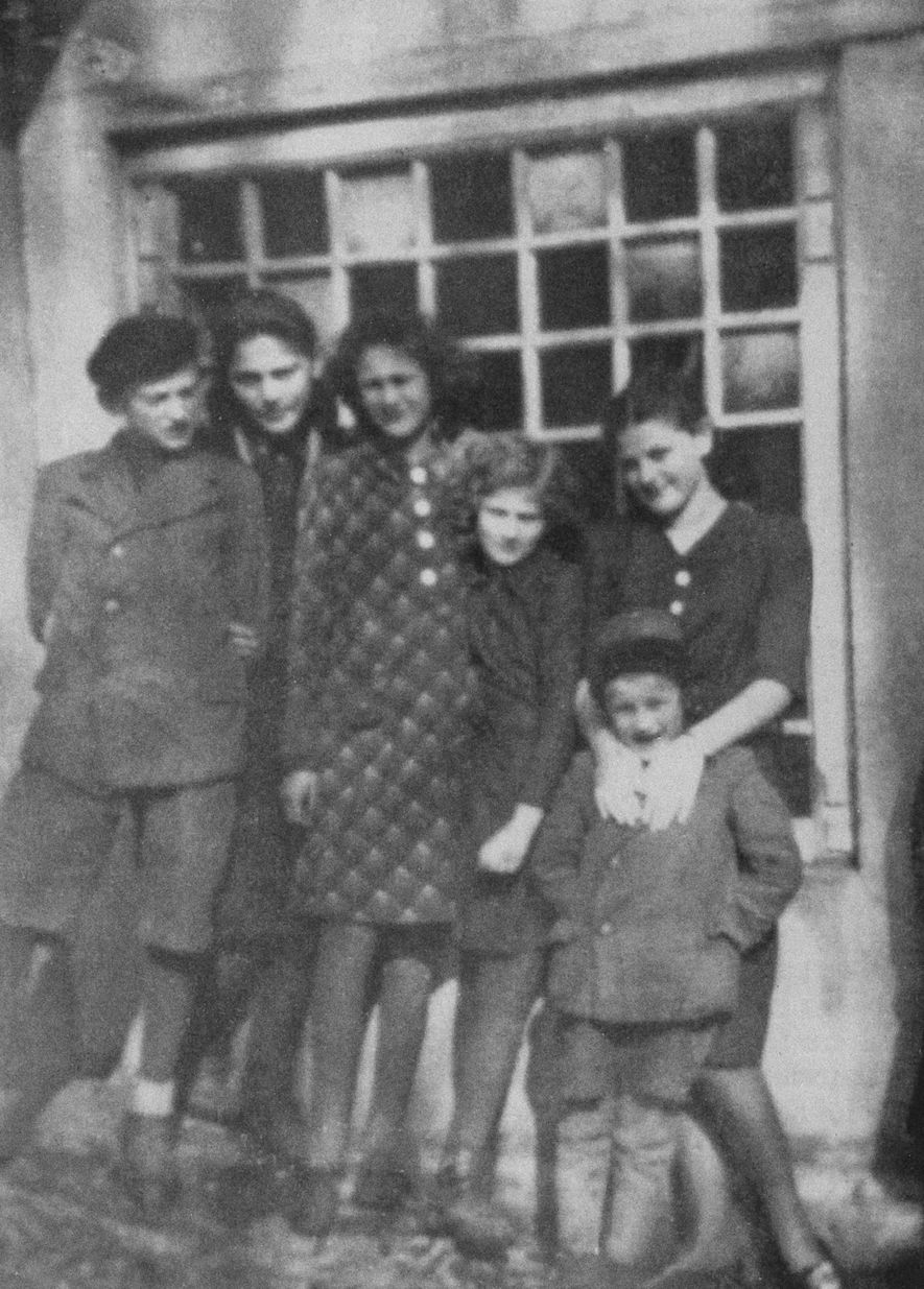 Esta foto das crianças Friedman foi tirada em Humenné por volta de 1936. Da esquerda para ...