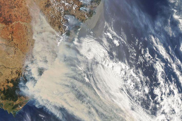 Uma imagem por satélite da Nasa mostra fumaça e nuvens provenientes dos fortes incêndios na Austrália.