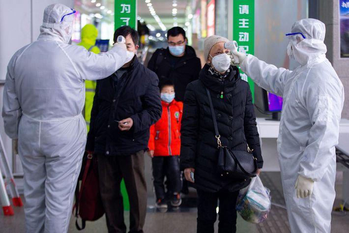 O governo da China recomendou tratar casos graves e críticos de Covid-19 com uma injeção contendo ...