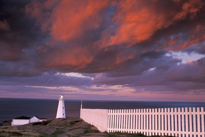 Nuvens coloridas sobrevoam o campo histórico de Cape Spear em Newfoundland, Canadá.