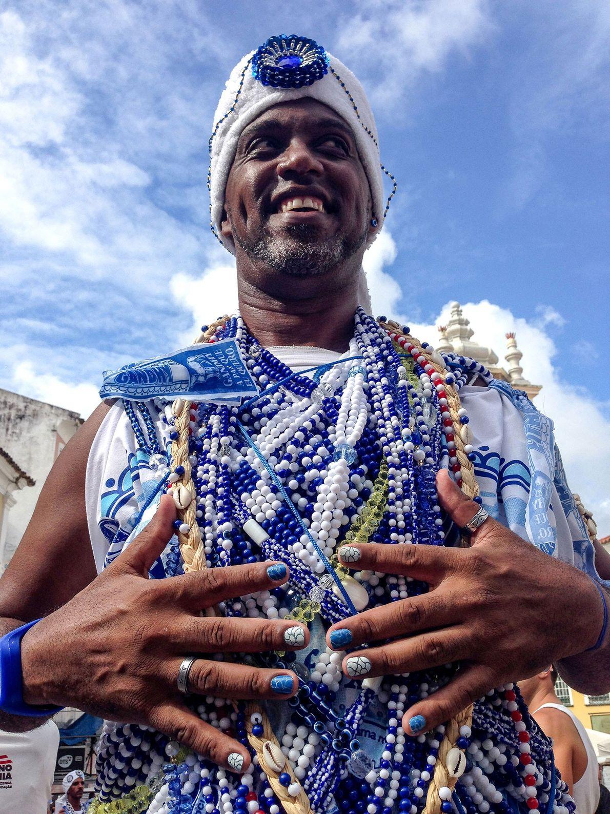 César exibe seus amuletos de contas nas cores azul e branca, que representam a paz. Ele ...