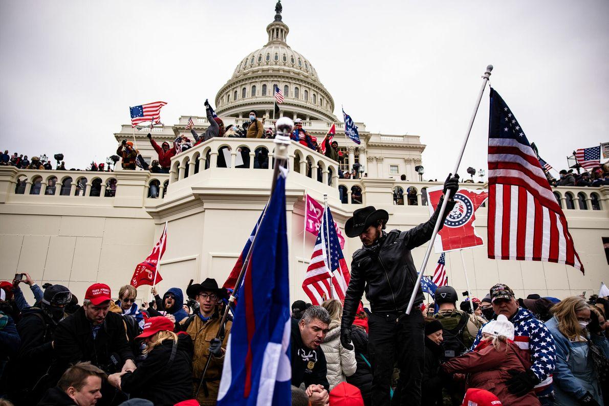 Na tarde desta quarta-feira, um grupo de apoiadores do presidente Donald Trump invadiu o parlamento dos ...