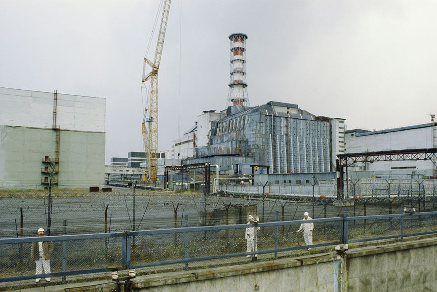 Alguns meses após o reator 4 da usina nuclear de Chernobyl incendiar provocando chamas tóxicas em ...