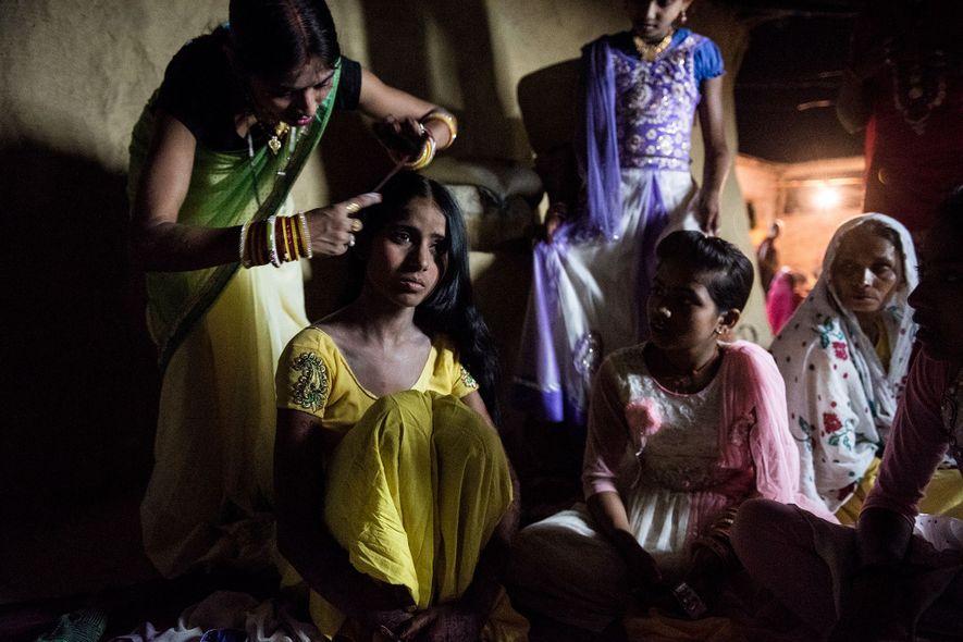 Os parentes de Muskaan a ajudam a se vestir para o casamento.