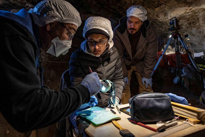 O zooarqueólogo Joaquin Arroyo-Cabrales, à esquerda, e a especialista em datação por radiocarbono Lorena Becerra-Valdivia, no ...