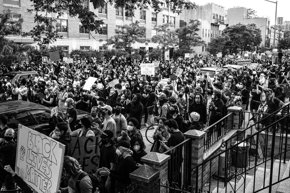 Manifestantes protestam contra a violência policial como parte do movimento Vidas Negras Importam no Brooklyn, Nova ...