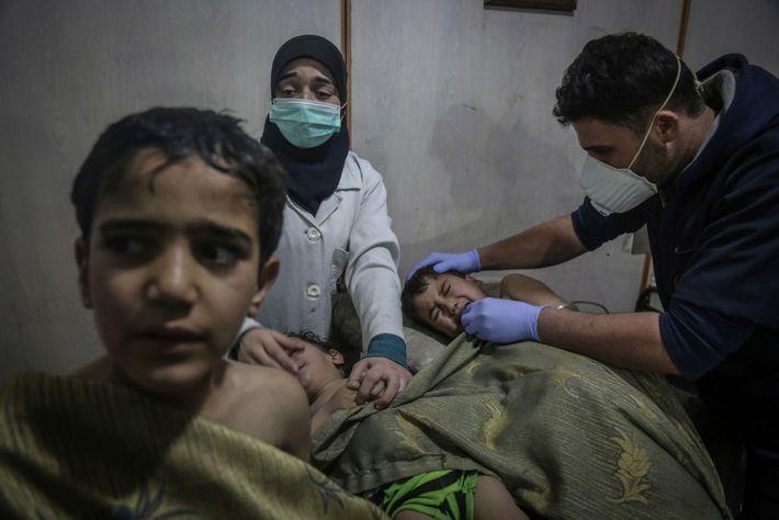 """Crianças recebem primeiros socorros após um aparente ataque químico. """"O cheiro de cloro era devastador"""", diz ..."""
