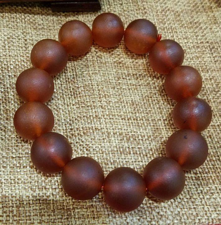 As contas vermelho-rubi desse bracelete são feitas a partir da gordura subcutânea de elefantes recém-abatidos.