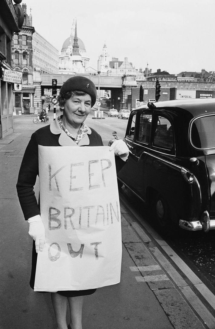 Antes do Brexit, cidadãos britânicos, como Georgina Pellham-Kept, protestaram contra a admissão original do Reino Unido ...