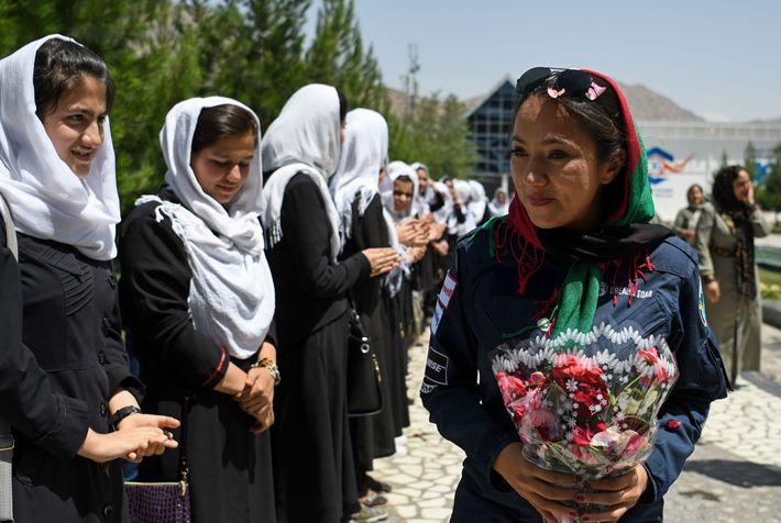 Estudantes cumprimentam Waiz em Kabul, em 10 de julho, durante viagem ao redor do mundo. Ela ...