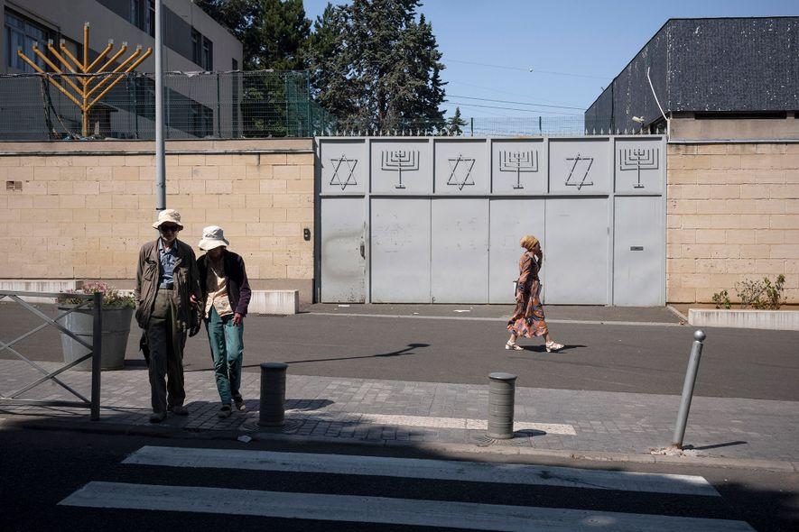 Um portão metálico fechado marca a entrada da Grande Sinagoga de Sarcelles, na França.