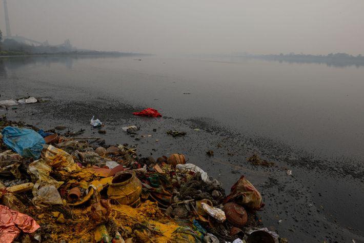 Lixo plástico e outros detritos, esgoto e efluentes industriais contaminam o Ganges em Délhi. Quinhentos milhões ...