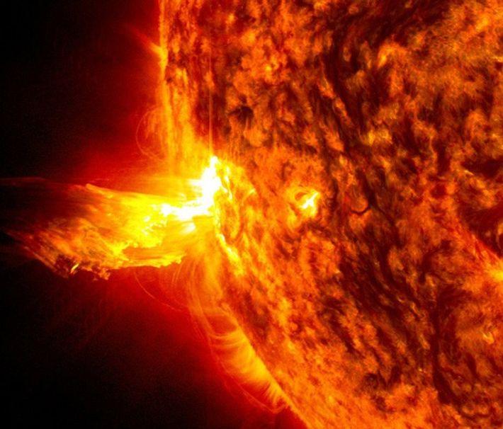 Tempestades solares podem incluir explosões solares, capturadas nesta imagem, em que partículas de alta energia são ...