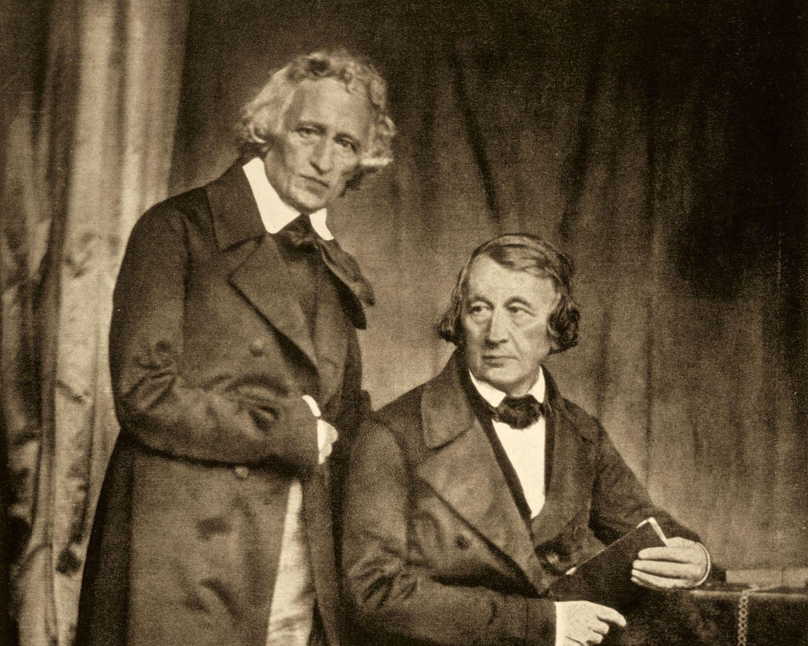 Os irmãos quando mais velhos: Jacob (em pé) e Wilhelm Grimm em um daguerreótipo de cerca ...