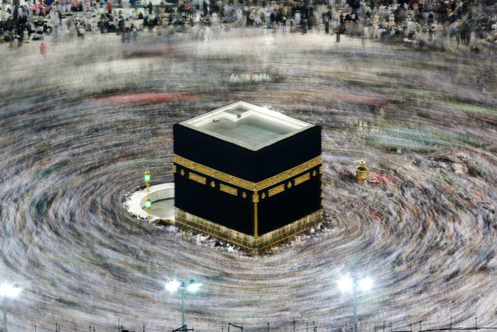 Muçulmanos em volta da Caaba durante o hajj em agosto de 2019. Todos os muçulmanos com ...