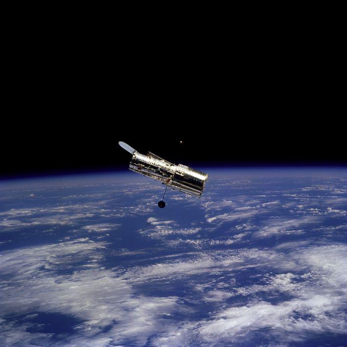 Em fevereiro de 1997, os astronautas a bordo da espaçonave Discovery tiraram essa foto do Telescópio ...