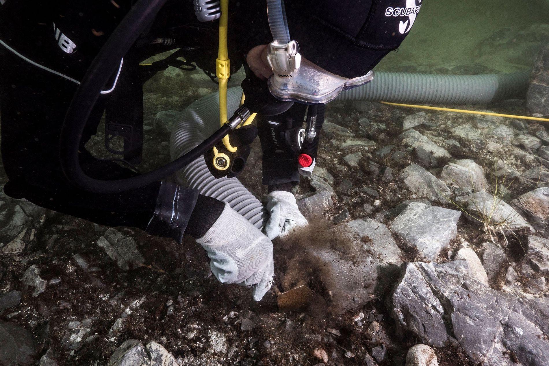 Arqueólogos escavam artefatos usados em rituais no Lago Titicaca, na Bolívia.