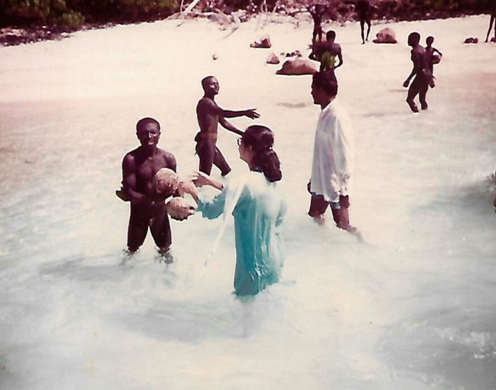 As duas visitas de Chattopadhyay à Ilha Sentinela do Norte em 1991, nas quais cocos foram ...