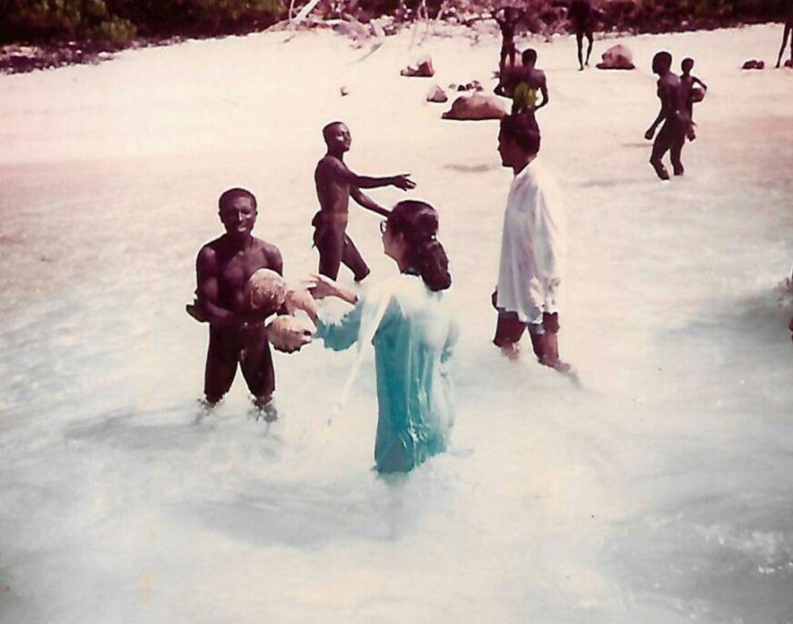 """As duas visitas de Chattopadhyay à Ilha Sentinela do Norte em 1991, nas quais cocos foram distribuídos aos habitantes, são consideradas os únicos encontros """"amigáveis"""" entre os sentineleses e pessoas de fora."""