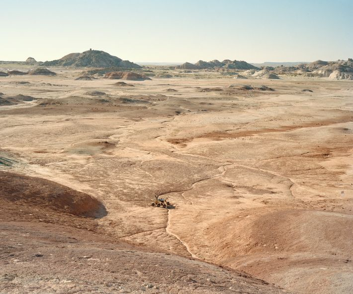 Um rover atravessa o deserto durante o Desafio Universitário de Rovers, realizado na Estação Desértica de ...
