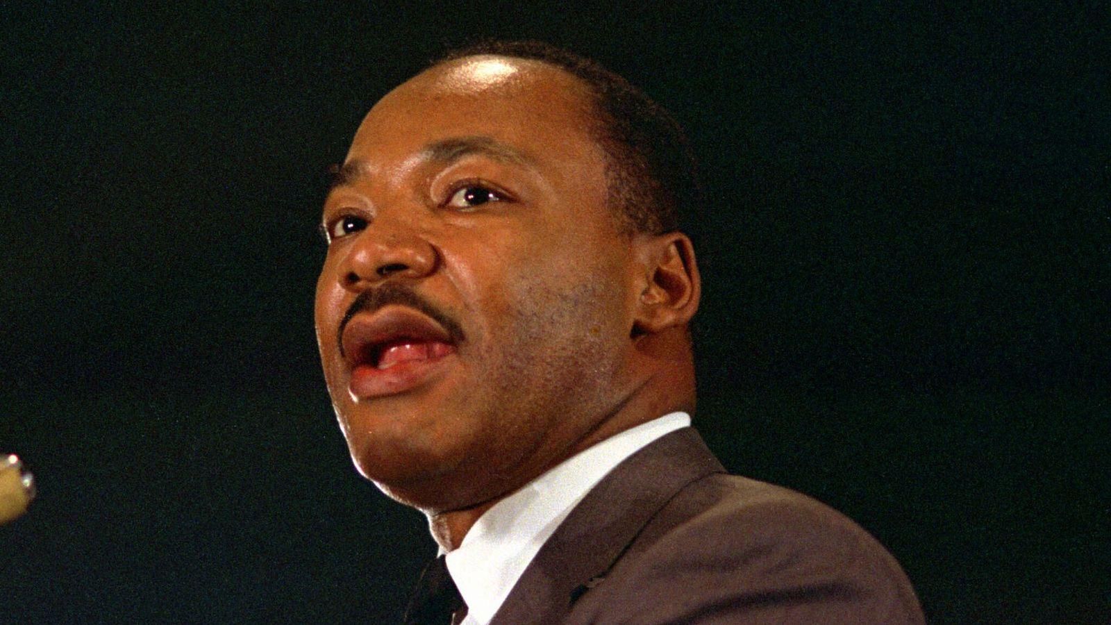 Rev. Dr. Martin Luther King Jr. em discurso realizado em 15 de abril de 1967 em ...