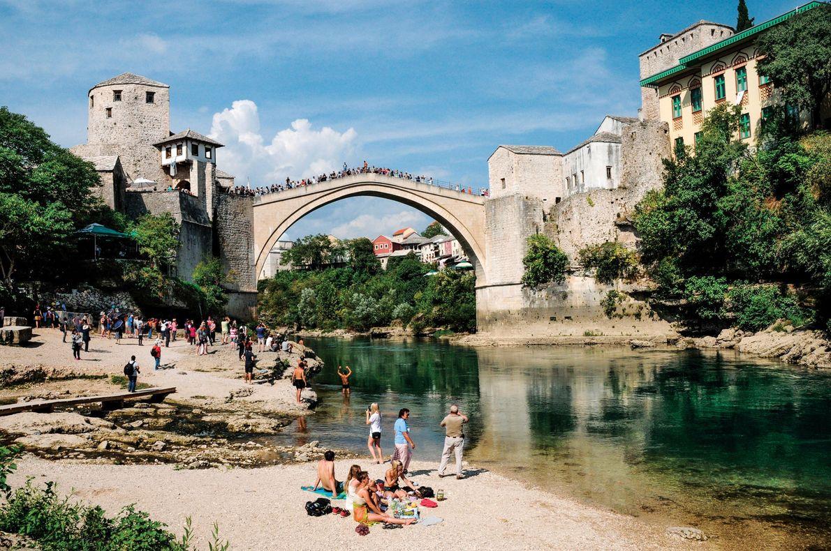 Mostar, na Bósnia e Herzegovina Uma réplica da Stari Most (Ponte Velha) do século 16 sobre o ...