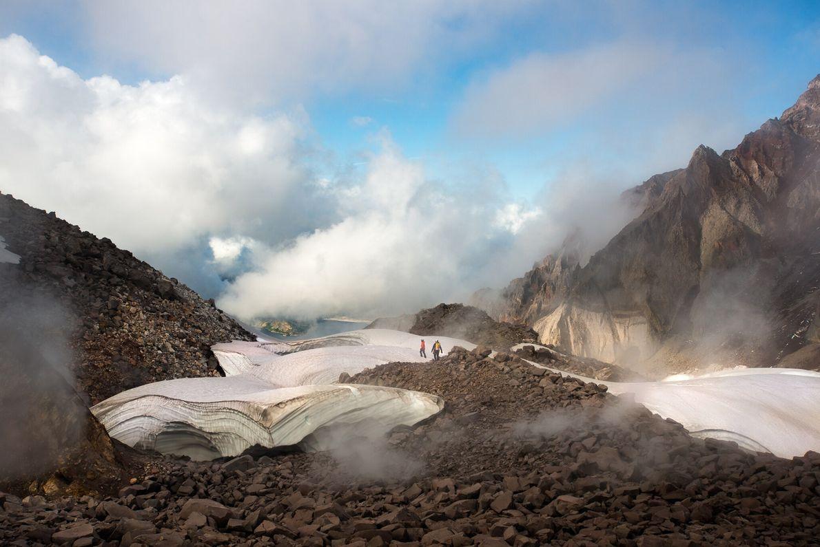Entre 2004 e 2008, o vulcão voltou a entrar em atividade, adicionando novas grandes colunas de ...