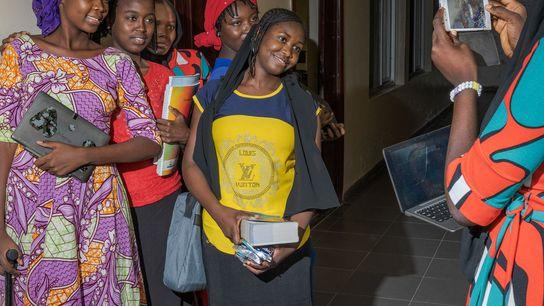 As alunas de Chibok tiram fotos no último dia de aula em seu dormitório na região ...