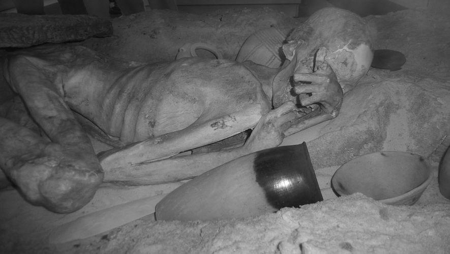 A imagem infravermelha mostra a múmia conhecida como o Homem de Gebelein. Em seu braço, é ...