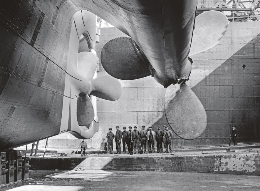 As hélices do Olympic – um navio quase idêntico ao Titanic – tornam minúsculos os operários ...