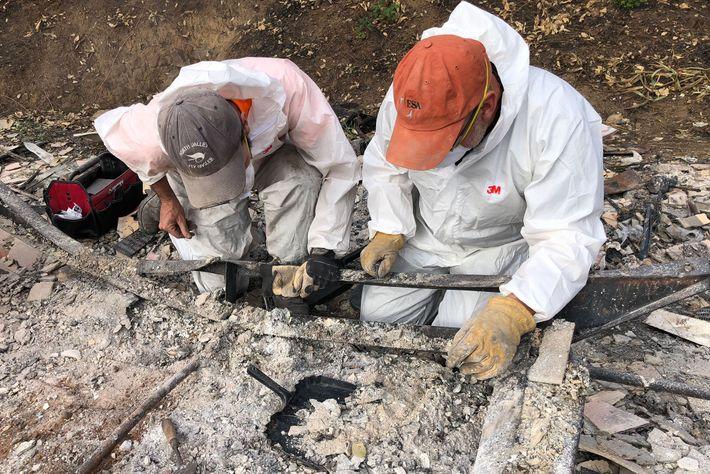 Os arqueólogos Alex DeGeorgy e Michael Newland separam e recuperam cinzas humanas de um trailer completamente ...