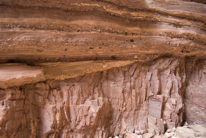 Arenito do período Cambriano repousa sobre rocha de embasamento muito mais antiga, chamada xisto de Vishnu, ...