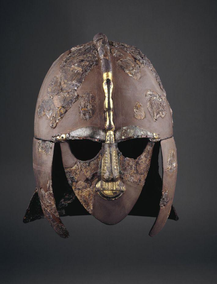 Este capacete impressionante foi enterrado com seu proprietário anglo-saxão, que era um guerreiro de elite ou ...