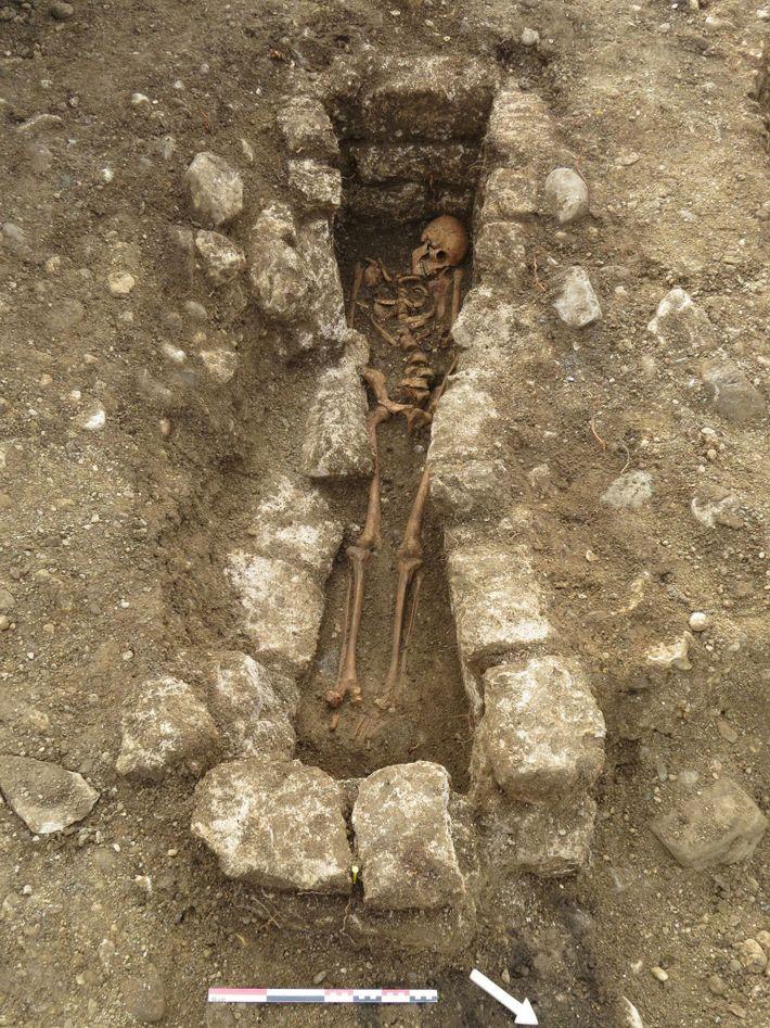 Adelasius foi enterrado em um túmulo revestido com pedras, o que pode indicar que pertencia a ...