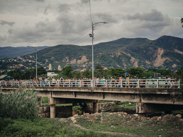 Venezuelanos atravessam a ponte Simón Bolívar em Cúcuta, na Colômbia. Alguns dos milhares de refugiados que ...