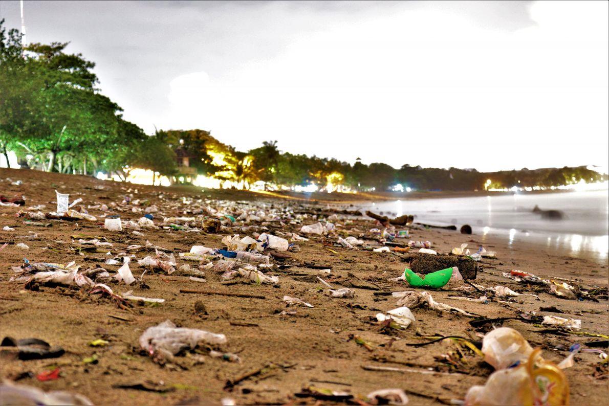 Em todo o mundo, 73% do lixo das praias é plástico: filtros de cigarro, garrafas, embalagens ...