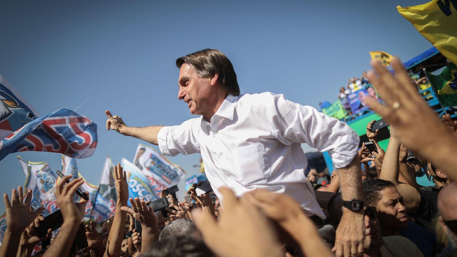 Jair Bolsonaro, do Partido Social Liberal (PSL), acena para apoiadores durante evento de campanha em Taguatinga, ...