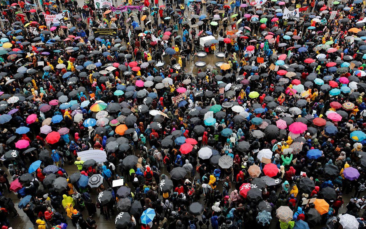 Participantes da greve se reúnem em Zurique, Suíça.
