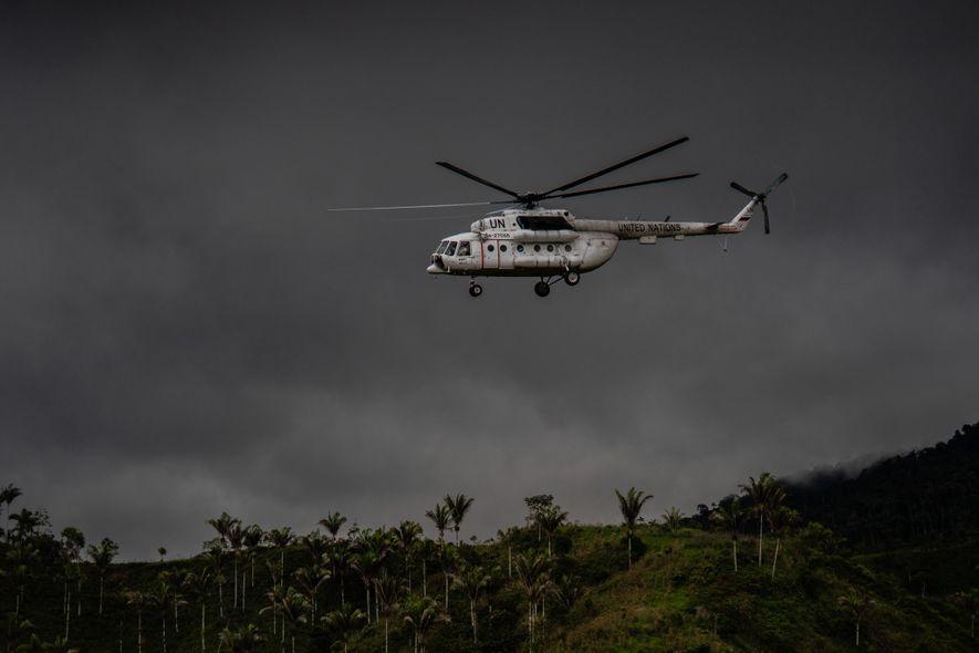 Um helicóptero da ONU decola de um acampamento anteriormente utilizado por rebeldes das FARC, alguns dos ...