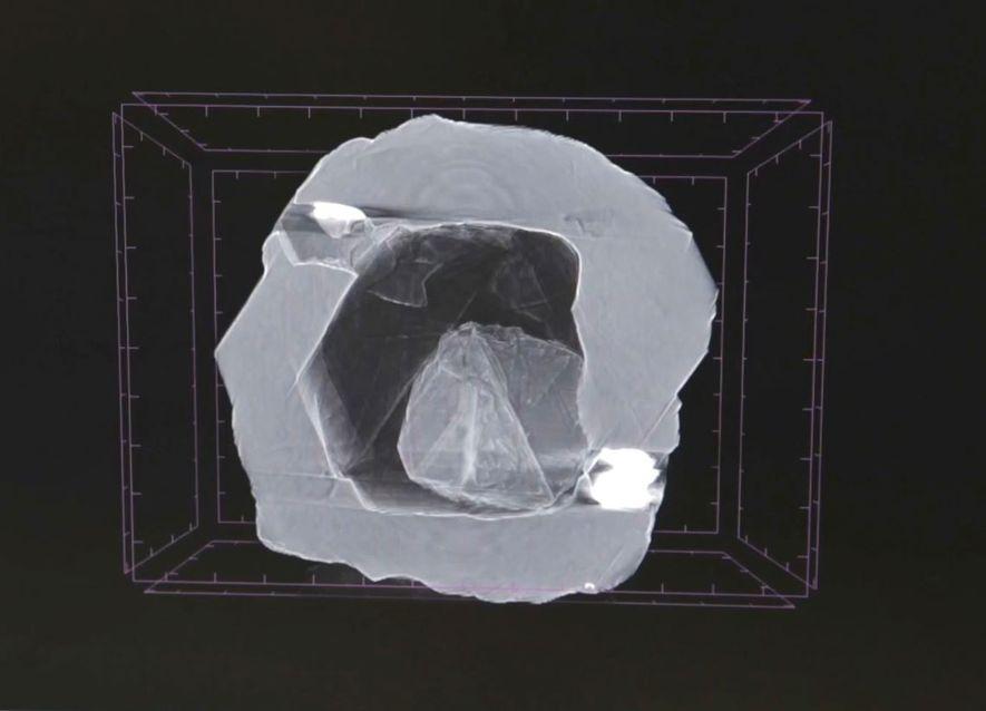 Esta imagem radiográfica do diamante duplo mostra uma pedra minúscula dentro da cavidade vazia de outro ...