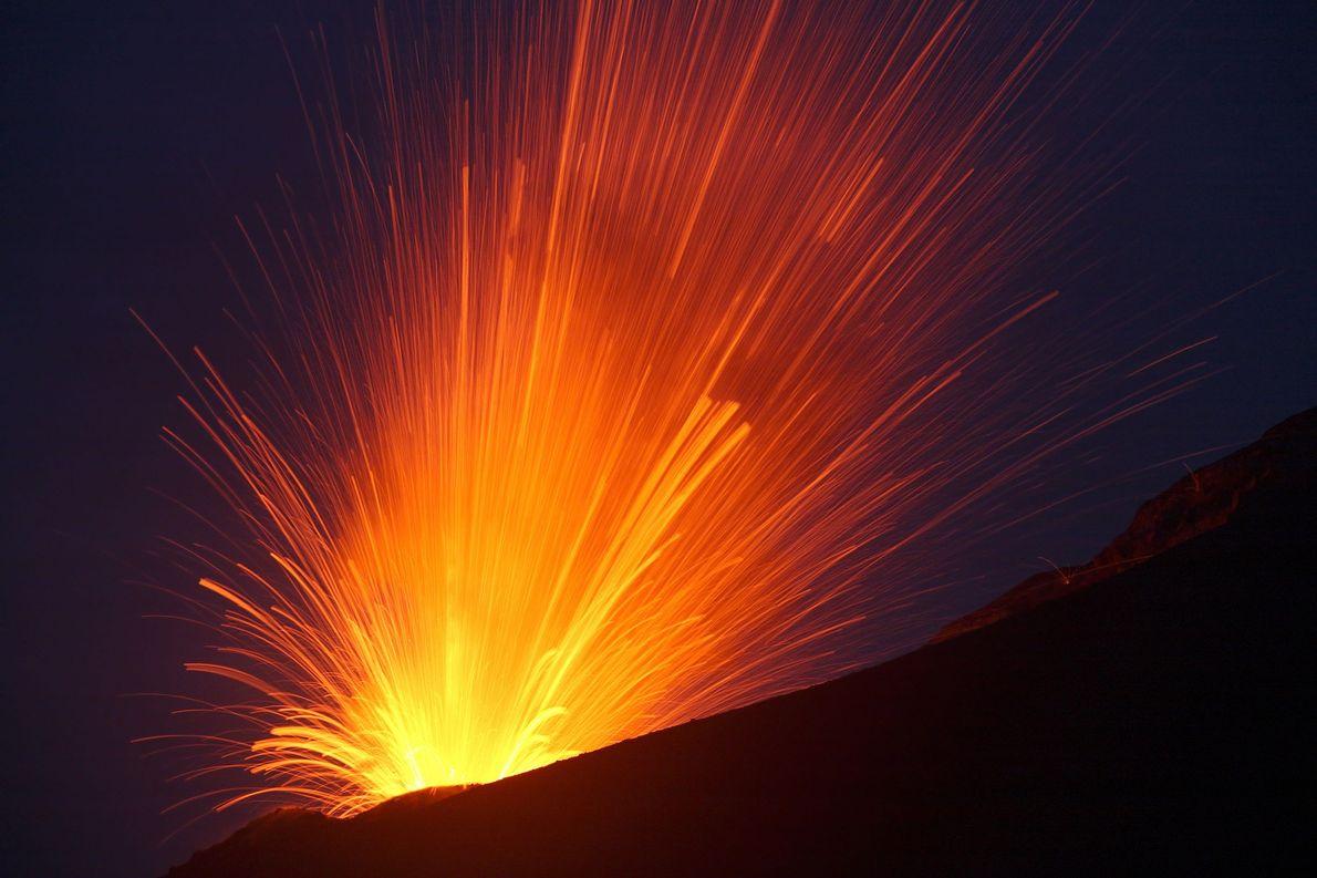 O Anak Krakatau da Indonésia é um vulcão particularmente inquieto, que volta à vida após alguns ...