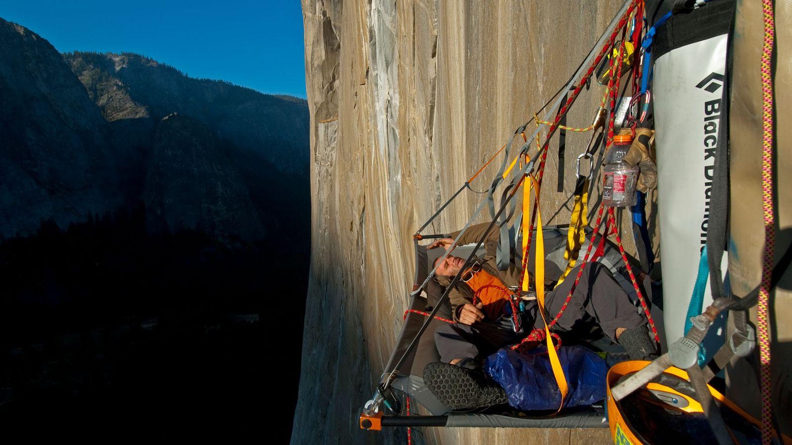 O alpinista Ivo Ninov descansa pendurado na face do El Capitan, no Parque Nacional de Yosemite.